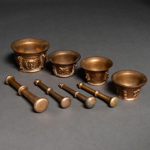 Ensemble de quatre almirèques antiques en bronze avec leurs quatre maillets.XIX …