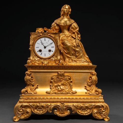 Pendule de table française de style Louis XV en bronze doré. Travail français. C…