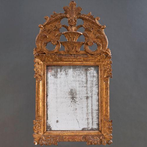 Miroir en bois sculpté et doré du XVIIIe siècle Copete richement décoré de motif…
