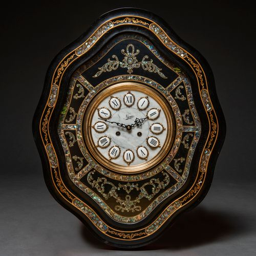 Horloge hublot à profil mixtiligne en bois ébonisé noir. 20ème siècle. Présente …