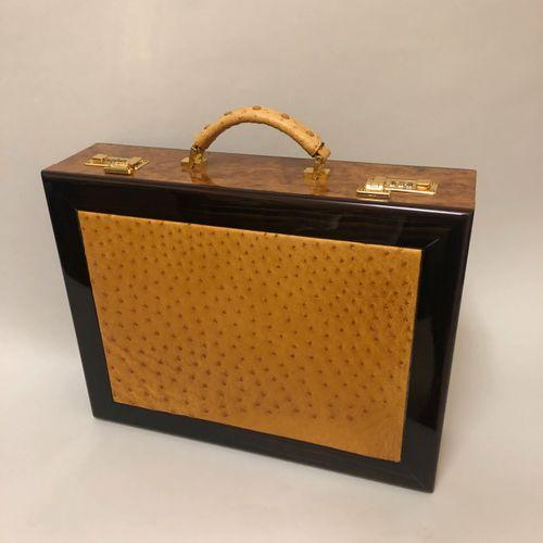 Travail contemporain, attache case en bois précieux et cuir d' autruche naturel.…