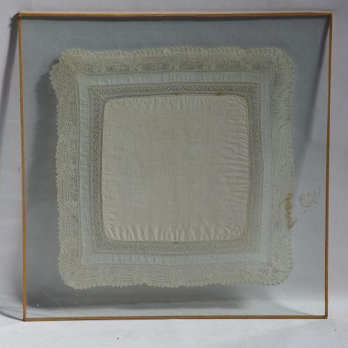 MOUCHOIR brodé sous verre. Dim. : 35 x 35 cm. (accident au verre)