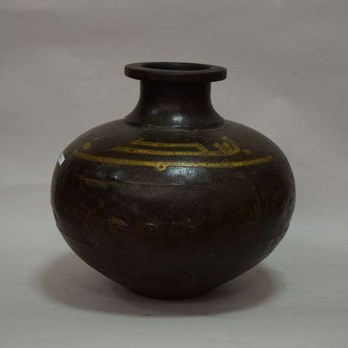 GRAND VASE pansu en fonte gravé et doré d'une inscription en caractères coufique…