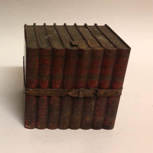 JEU de 9 quilles en bois tourné, et sa boule. XIXème siècle. Haut. 27 cm. On y j…