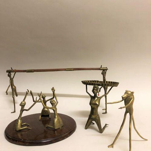 AFRIQUE. Ensemble de personnages en bronze doré et bois. Haut. Max: 18 cm.