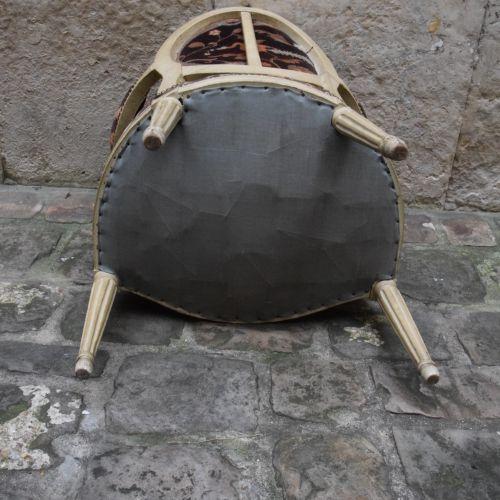 FAUTEUIL médaillon en bois mouluré laqué gris/blanc. Garniture velours. Style Lo…