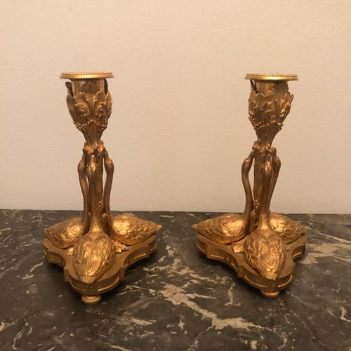 Paire de BOUGEOIRS en bronze doré à fût entouré de trois cygnes. Dans le goût du…