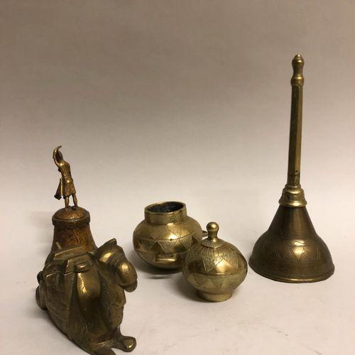 AFRIQUE. Ensemble d'objets en bronze doré dont cloche, encrier figurant un chame…