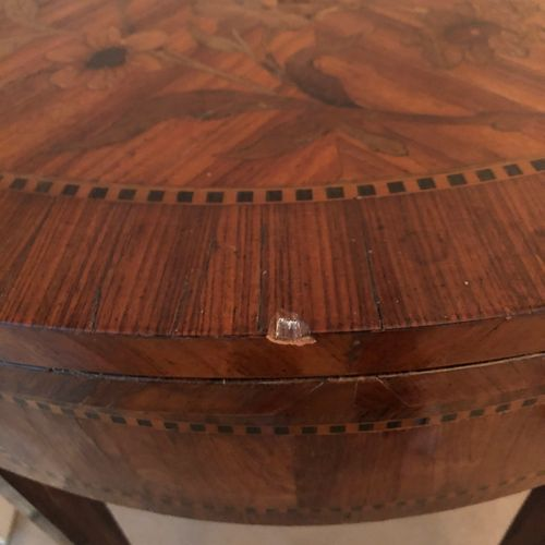 Table à jeux marquetée toutes faces de bois de placage reposant sur des pieds fu…