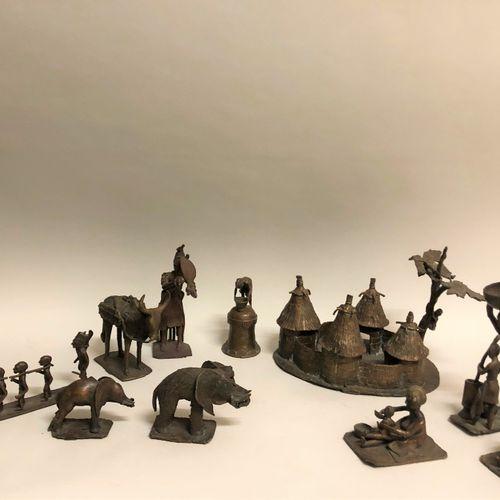AFRIQUE. Ensemble de sculptures en bronze figurant des personnages et animaux di…
