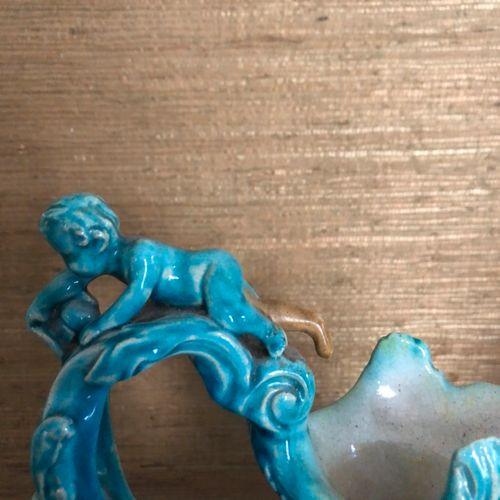 一对绿松石釉陶器AIGUIERES,有浮雕装饰的普蒂和海马。文艺复兴风格,19世纪。 高度:39厘米。(小缺口,缺失和修复)