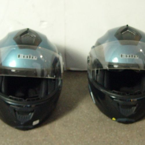 1bis Deux casques de moto