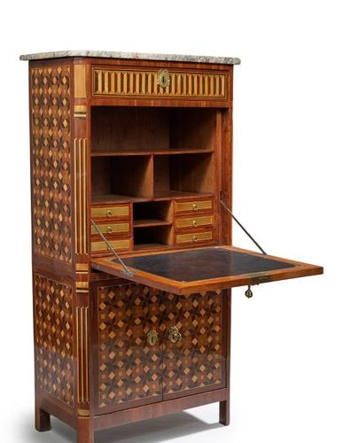Secrétaire à décor marqueté de cubes et de cannelures simulées. Il ouvre par un …