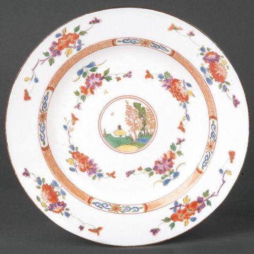 Assiette Meissen 1735 en forme de cuvette ronde. Drapeau large et levant avec un…