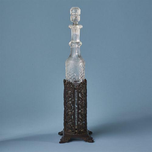 Flakon in Ständer    Eisenguss, schwarz patiniert, geschliffenes Glas. Glasflako…