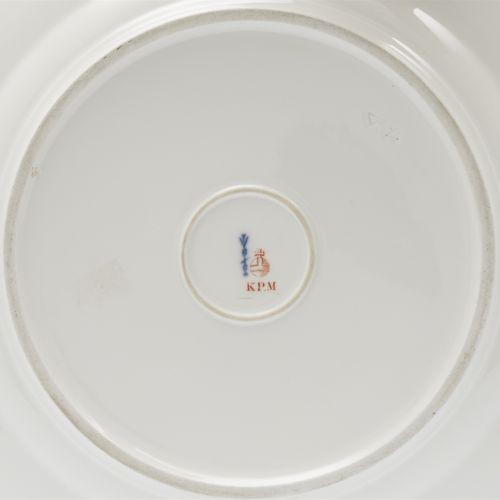 Königliche Porzellanmanufaktur Berlin KPM Speiseteller mit Fuchsien in Relief   …