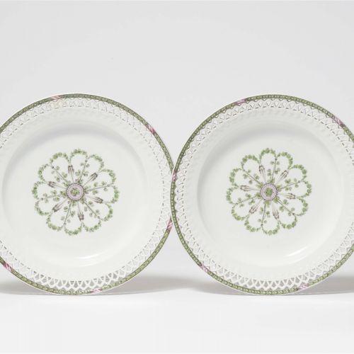 Paar Dessertteller aus einem Service mit Eichenlaubkante    Porzellan, dreifarbi…