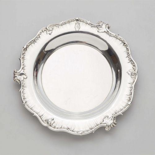 Sy & Wagner Platte aus einem höfischen Service    Silber. Rund fassonierte, tief…