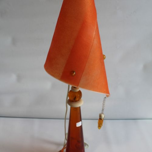 Contemporary lamp in orange resin. Height with lampshade : 74 cm