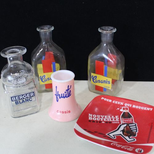 A set of 2 advertising carafes / 1 Coca Cola coin tray and a Fruity beverage hol…