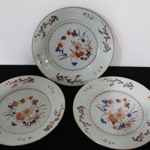 3 IMARI porcelain plates (small chips on the edge) Diameter : 23 cm