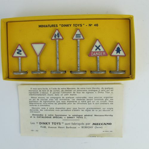 Dinky Toys France set of 2 miniatures at 1/43rd of which : Box of road signs vil…