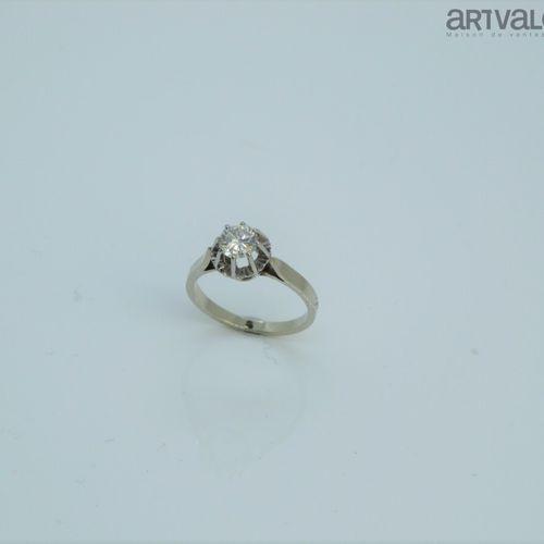 Bague en platine 850°/°° et or gris 750°/°° ornée d'un diamant taille brillant e…