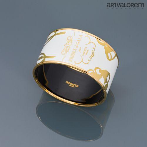 HERMÈS Paris  Bracelet jonc en métal doré à fond émaillé blanc et décor doré tit…