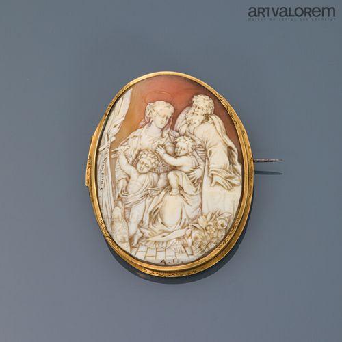 Camée coquille à décor gravé de la Sainte famille: Christ enfant, La Vierge, Jos…
