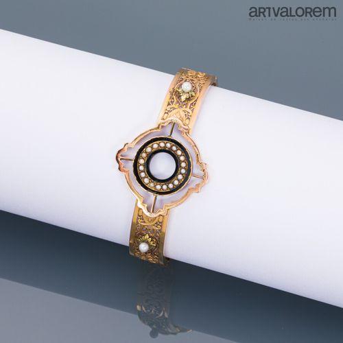 Bracelet en or jaune 750°/°° articulé en trois parties à décor de rinceaux et pa…