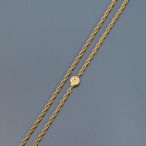 CHANEL  Sautoir en métal doré à maille torsadée, fermoir à liquet rond siglé des…