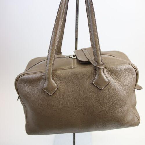 Hermès Paris  Sac à main Victoria 36 cm en veau togo étoupe.  Finition Palladium…