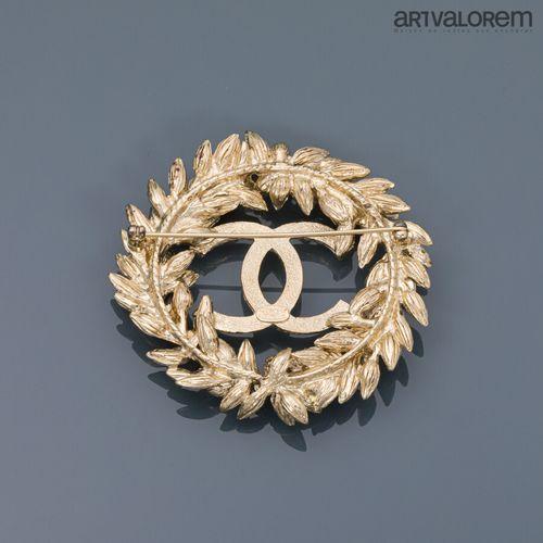CHANEL Collection Printemps 2010  Broche en métal doré et strass incolore centré…