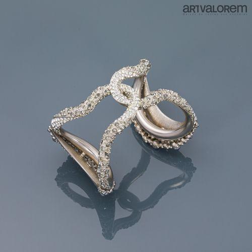 CHANEL Collection 2015  Bracelet manchette ouvert en métal argenté orné de perle…