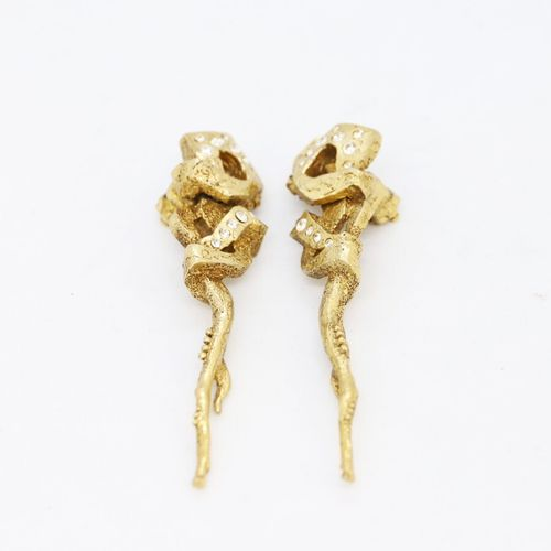 Christian LACROIX  Paire de clips d'oreilles en métal doré gravé ornés de strass…