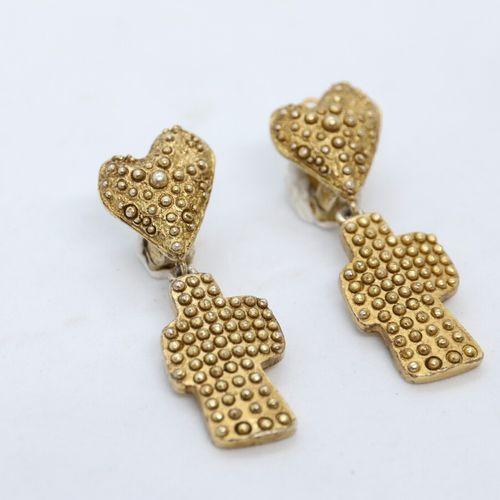 Christian LACROIX  Paire de clips d'oreilles en métal doré granité , un coeur re…