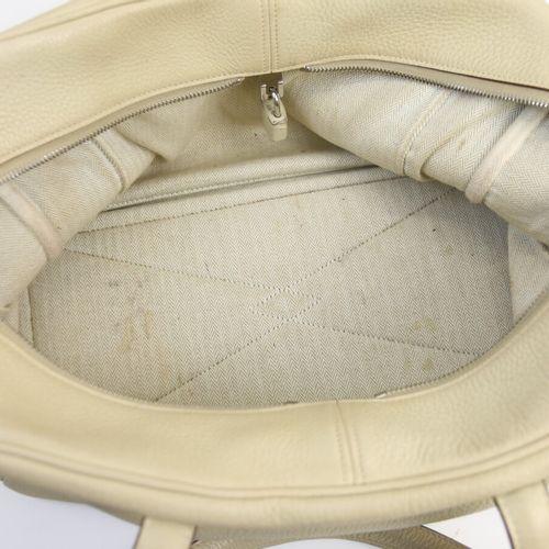 Hermès Paris  Sac à main Victoria 36 cm en veau togo parchemin.  Finition Pallad…