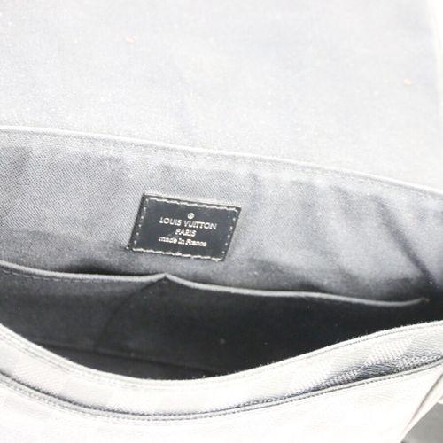 """LOUIS VUITTON  Sac de type """"messenger"""" en toile damier graphite et cuir noir  Do…"""