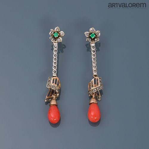 Paire de pendants d'oreilles en or jaune et gris 585°/°° ornées de roses diamant…
