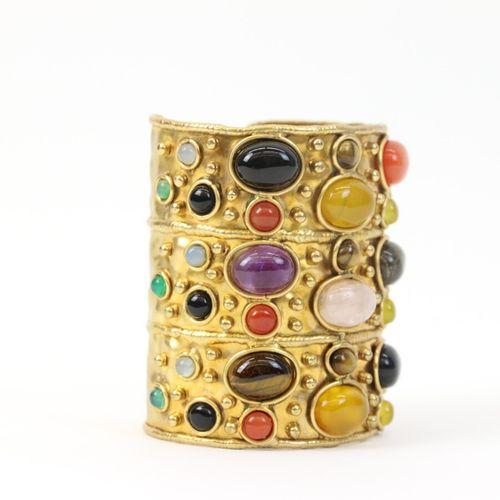 Attribué à Aurélie Bidermann  Bracelet manchette ouvert en laiton orné de caboch…