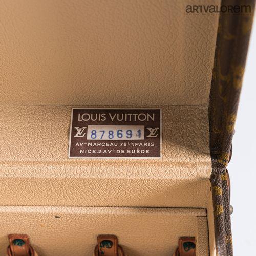LOUIS VUITTON  Vanity en Toile enduite monogrammée LV  Bordures en lozine  Poign…