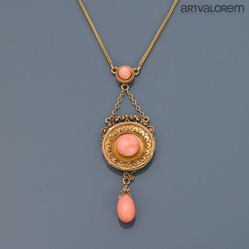 Collier en or jaune 585 °/°° retenant un motif circulaire orné d'une perle de co…