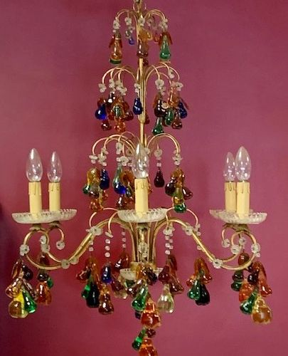 Lustre en tôle dorée, les éléments en verre de Murano représentant des fruits.