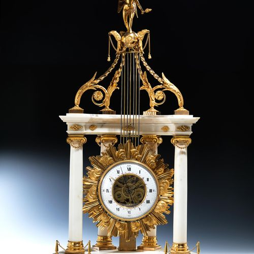Grosse, imposante Kaminuhr in weißem Marmor und vergoldeter Bronze in Form eines…