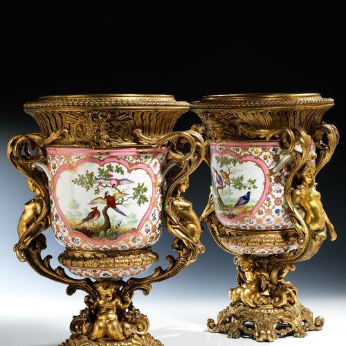 Paar montierte Sèvres Porzellanvasen Höhe: 44 cm. Frankreich, 19. Jahrhundert.In…