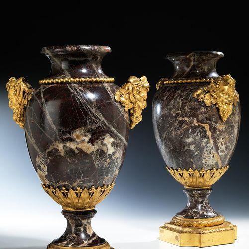 Paar grosse Louis XVI Ziervasen Höhe: 55 cm. Durchmesser: 29,5 cm. Montierung Pi…
