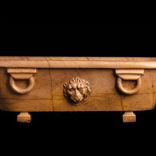 Grand Tour Objekt 15 x 46 x 15 cm. Italien, 18./ 19. Jahrhundert. In Marmo Giall…