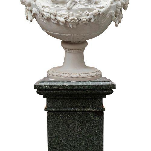 Repräsentative Schauvase Marmorvase: 95 x 75 cm.Sockel: 90 x 55 x 55 cm.Gesamt m…
