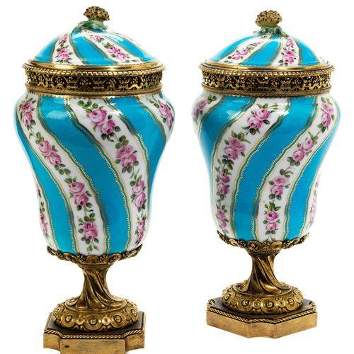 Paar Louis XVI Brûle de Parfum Höhe: 24,5 cm. Wohl Sèvres, um 1770.In ziselierte…