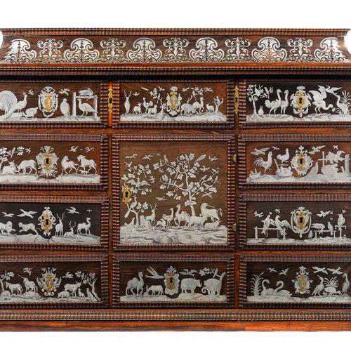 Aufwendig gearbeitetes Barock Kabinett Höhe: 70 cm. Breite: 95 cm. Tiefe: 34 cm.…